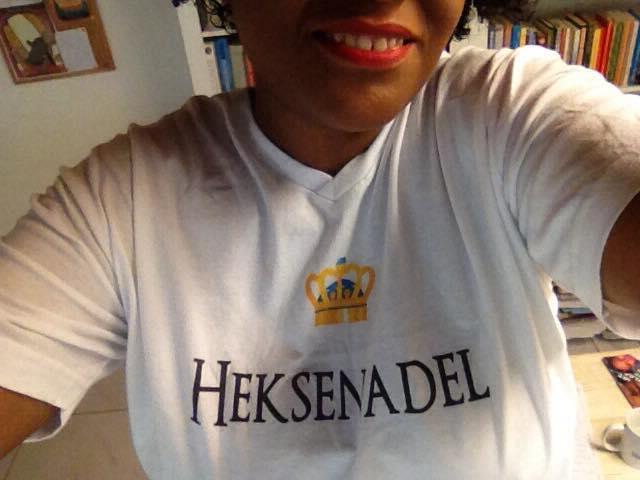 Tibisay Felida draagt een T-shirt van Heksenadel, naam van de serie waarvan De hogepriesteres deel 1 van is. De hogepriesteres is een fantasy roman geschreven door Tibisay Felida