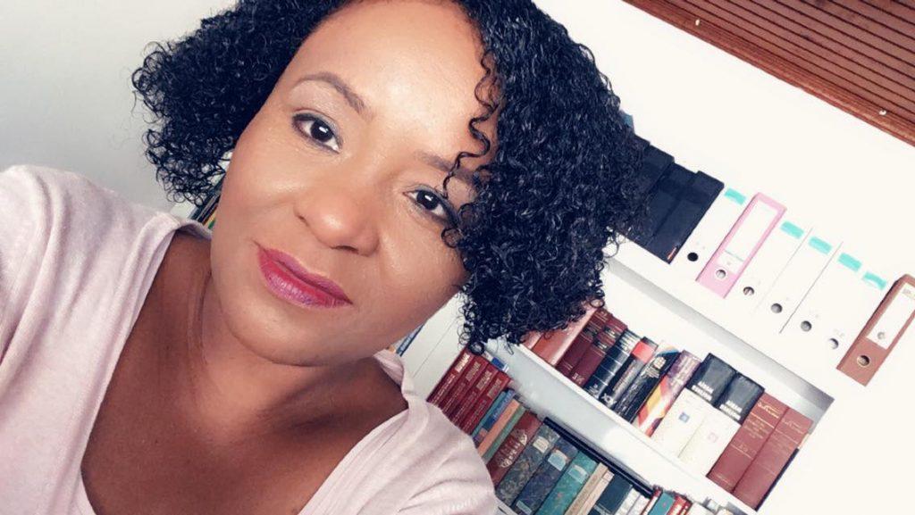 Selfie van Tibisay Felida in haar kantoor tijdens het schrijven van De hogepriesteres, roman van Tibisay Felida